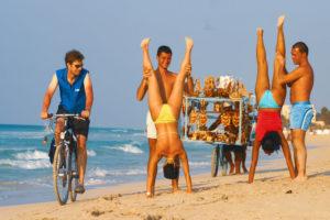 Foto: junge Kubaner am Strand