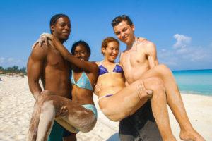 Foto: junge Männer in Kuba